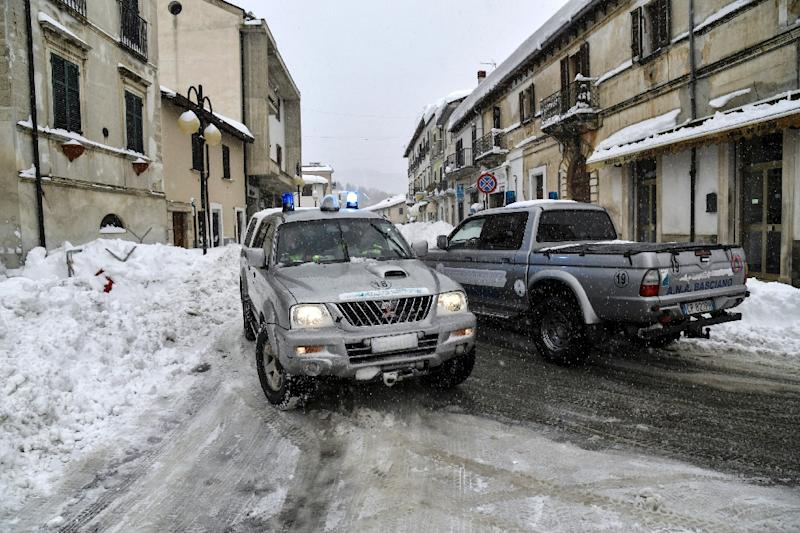 Rescuers drive through the streets of Montereale after fresh earthquakes struck central Italy on January 18, 2017 (AFP Photo/ANDREAS SOLARO)