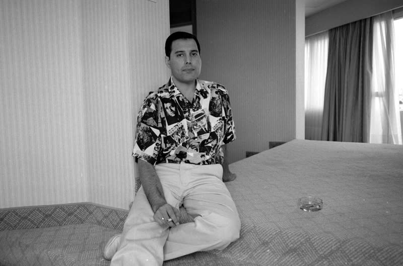<p>Freddie Mercury Backstage, Barcelona, 1988. (Photo: Richard Young) </p>