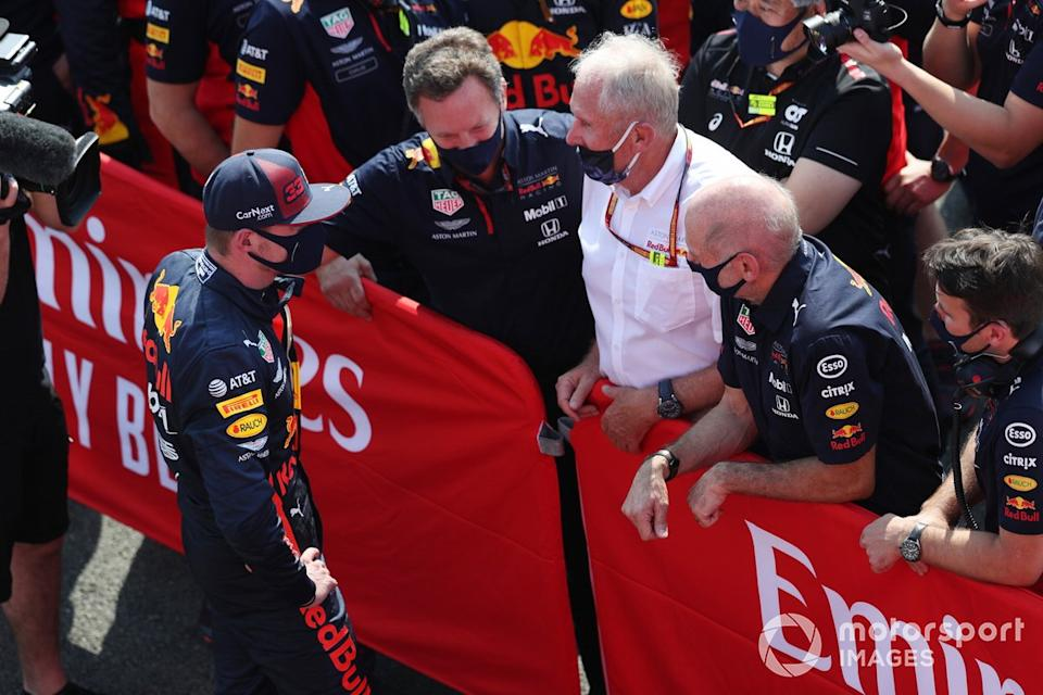 "Max Verstappen, Red Bull Racing, celebra con Christian Horner, director del equipo, Red Bull Racing, Helmut Marko, consultor, Red Bull Racing, Adrian Newey, director técnico, Red Bull Racing, y el equipo Red Bull<span class=""copyright"">Charles Coates / Motorsport Images</span>"