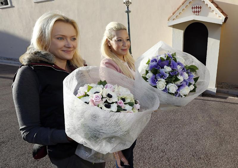 People arrive with flowers on December 11, 2014 outside Monaco Palace to greet the birth of baby twins to Prince Albert II and Princess Charlene (AFP Photo/Valery Hache)