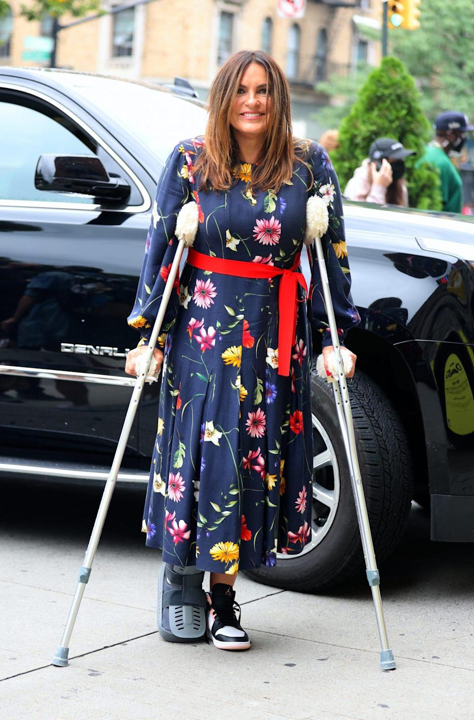 <p>Mariska Hargitay continues to nurse her broken ankle on July 29 on the New York City set of <em>Law & Order: Special Victims Unit.</em></p>