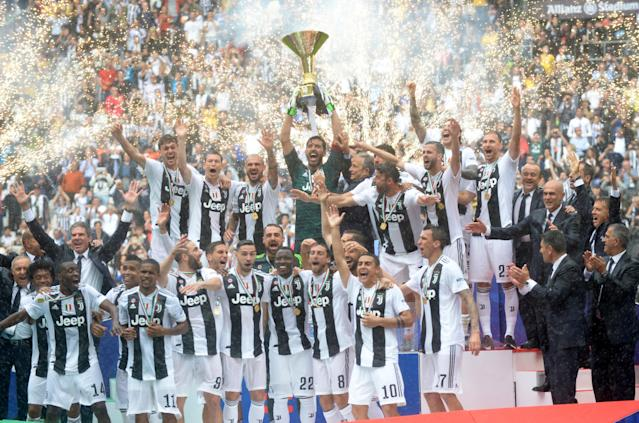 Soccer Football - Serie A - Juventus vs Hellas Verona - Allianz Stadium, Turin, Italy - May 19, 2018 General view of Juventus' Gianluigi Buffon lifting the trophy as the Juventus players and staff celebrate winning the league REUTERS/Massimo Pinca