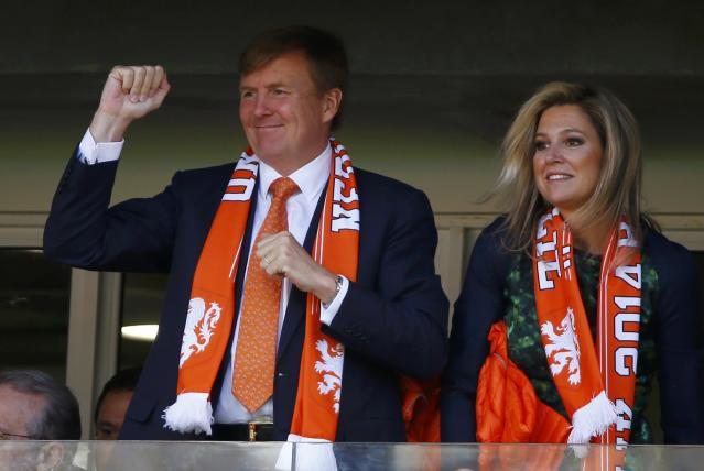 King Willem-Alexander and Queen Maxima of the Netherlands cheer as they watch their 2014 World Cup Group B soccer match against Australia at the Beira Rio stadium in Porto Alegre June 18, 2014. REUTERS/Stefano Rellandini (BRAZIL - Tags: SOCCER SPORT WORLD CUP ROYALS)