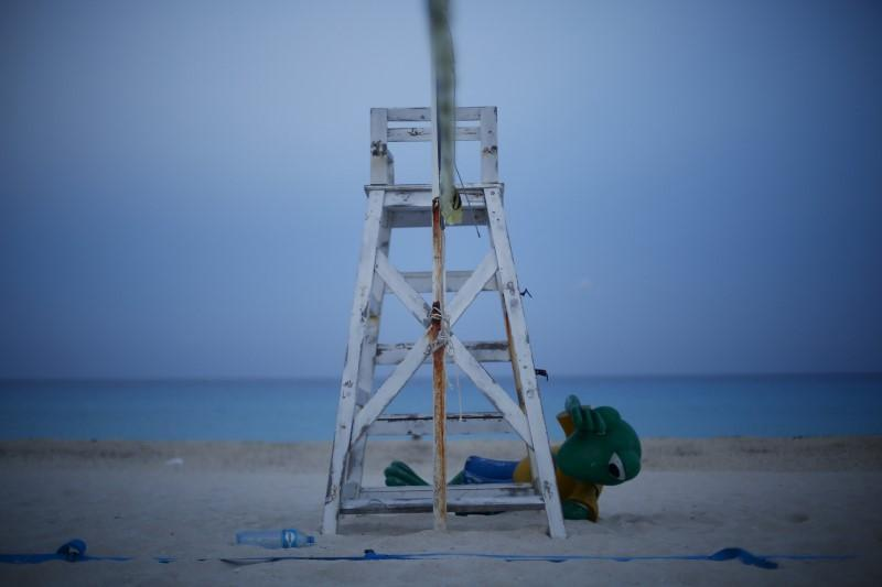 <p>A statue of a frog is seen behind a lifeguard chair on a beach in Cancun, August 14, 2015. <i>(Photo: Reuters/Edgard Garrido)</i><br></p>
