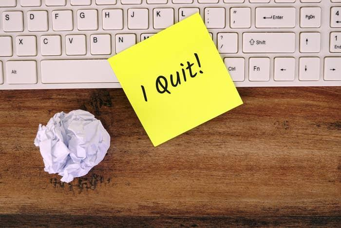 An sticky note that says I quit! stuck to a computer keyboard
