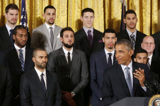 Members of the 2014 NBA Champion San Antonio Spurs listen to U.S. President Barack Obama as he welcomes the team to the East Room of the White House in Washington, January 12, 2015. REUTERS/Larry Downing (UNITED STATES - Tags: POLITICS SPORT BASKETBALL)