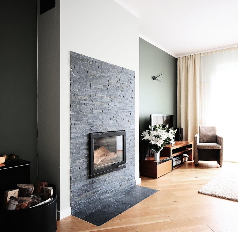<p>This is a prime example of how to combine classic elegance with contemporary design. Muted colours and more conventional furniture and accessories meet clear lines and stylish details.</p><p>And speaking of stylish details, take a look at that oh-so trendy stone cladding making the fireplace the prime focal piece.</p>  Credits: homify / IDeALS | interior design and living store