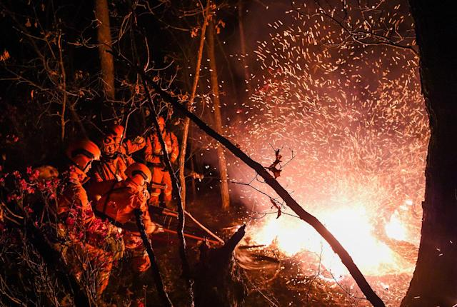 <p>Firefighters battle a wildfire at Beidaihe National Forest Park in the Greater Khingan mountain range, Inner Mongolia, China, on May 4, 2017. (Photo: Lian Zhen/Xinhua/ZUMA Wire) </p>