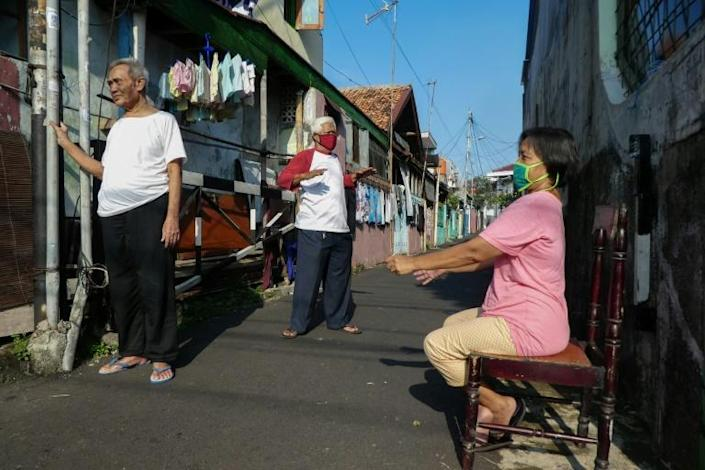 Sunshine alley: Grabbing a few rays in the backstreets of Jakarta (AFP Photo/BAY ISMOYO)