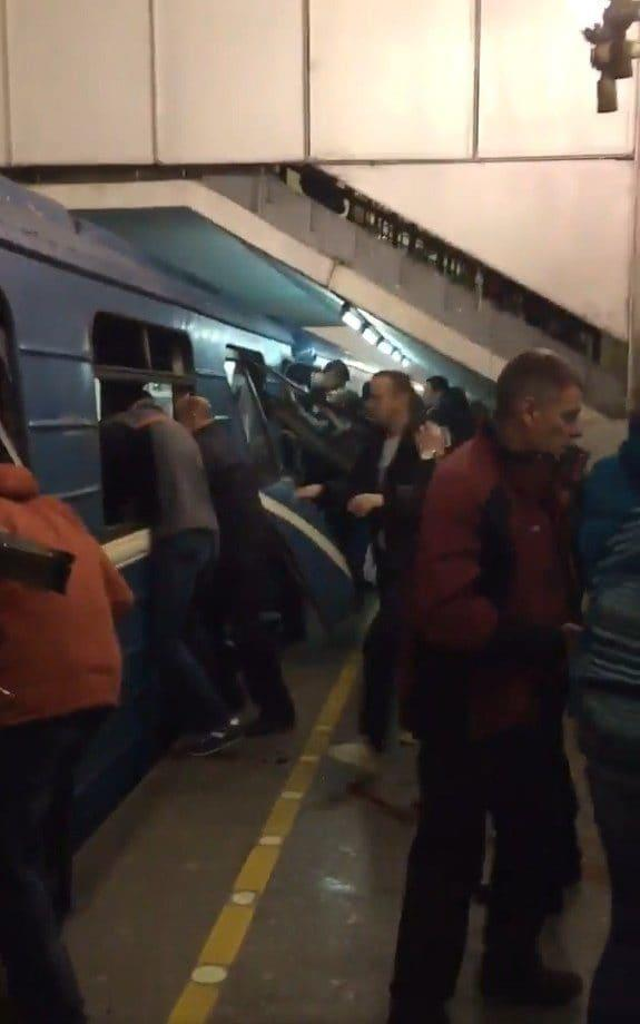 Passengers try to help those inside the affected train - Credit: Twitter/RTVi