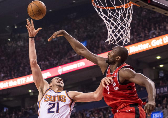 "This the moment Suns center <a class=""link rapid-noclick-resp"" href=""/nba/players/5156/"" data-ylk=""slk:Alex Len"">Alex Len</a> should realize he's about to be finger-wagged by Raptors big man <a class=""link rapid-noclick-resp"" href=""/nba/players/4486/"" data-ylk=""slk:Serge Ibaka"">Serge Ibaka</a>. (AP)"