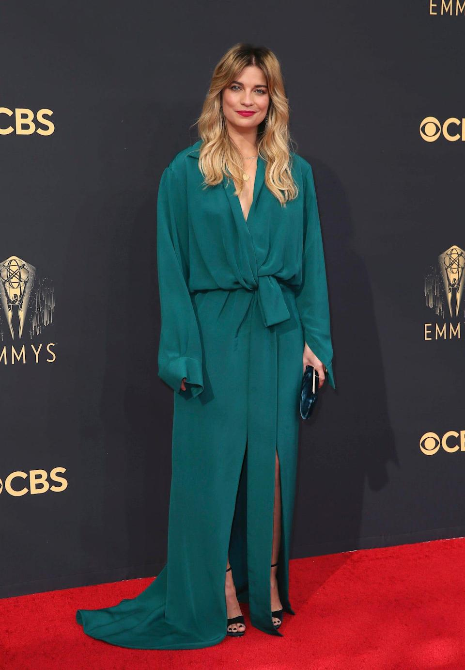 Annie Murphy at the 2021 Emmys.