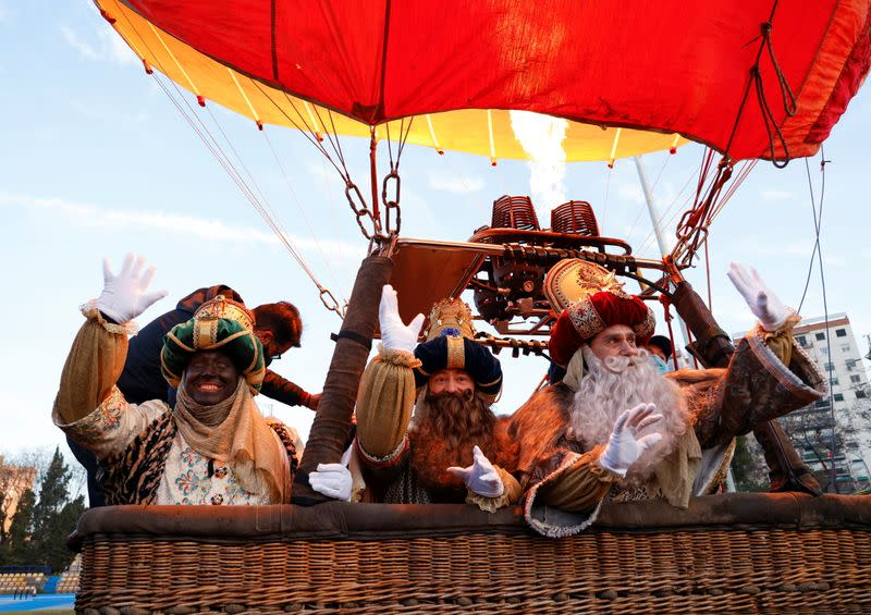 Three Kings fly over Seville in a hot air balloon