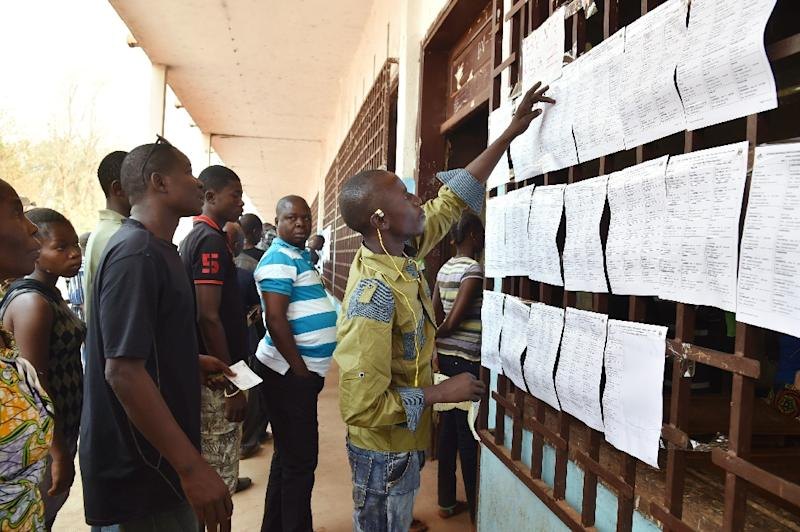 People queue at a polling station in Bangui to vote in the Central African Republic second round of the presidential and legislative elections on February 14, 2016 (AFP Photo/Issouf Sanogo)