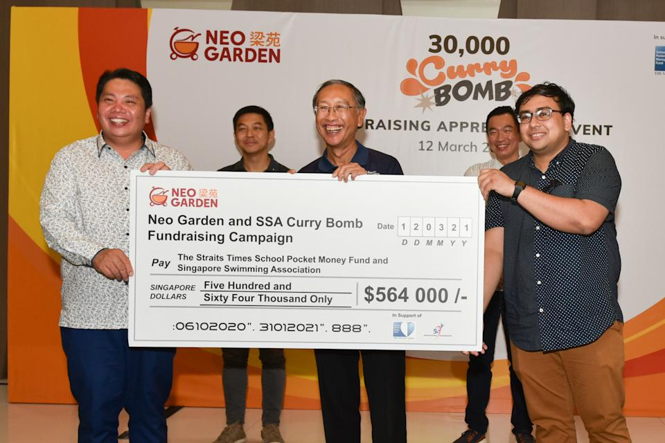 Neo Group founder Neo Kah Kiat (left) presents the cheque to Singapore Swimming Association president Lee Kok Choy (centre) and Syed Zakir Hussain (right), board trustee of The Straits Times School Pocket Money Fund. (PHOTO: Cheah Cheng Poh/SSA)