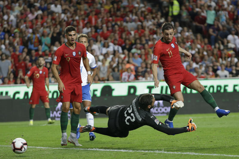 Portugal's Bernardo Silva, right tries to score past Italy goalkeeper Gianluigi Donnarumma during the UEFA Nations League soccer match between Portugal and Italy at the Luz stadium in Lisbon, Monday, Sept. 10, 2018. (AP Photo/Armando Franca)
