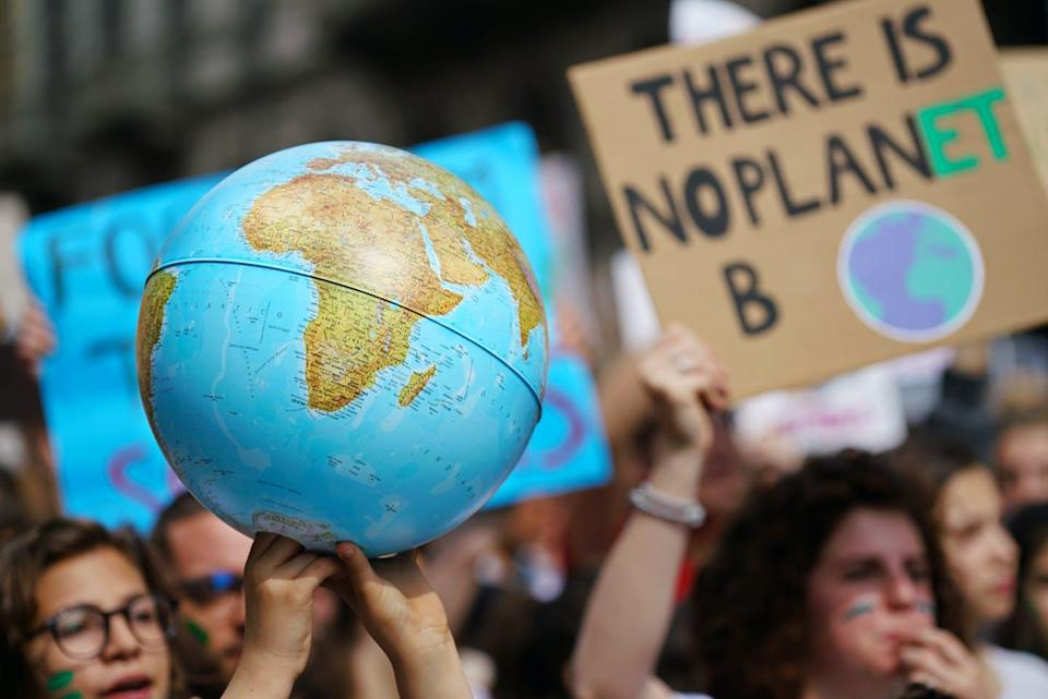 """<span class=""""attribution""""><a class=""""link rapid-noclick-resp"""" href=""""https://www.shutterstock.com/es/image-photo/youth-strike-climate-march-friday-future-1406427770"""" rel=""""nofollow noopener"""" target=""""_blank"""" data-ylk=""""slk:Shutterstock / MikeDotta"""">Shutterstock / MikeDotta</a></span>"""