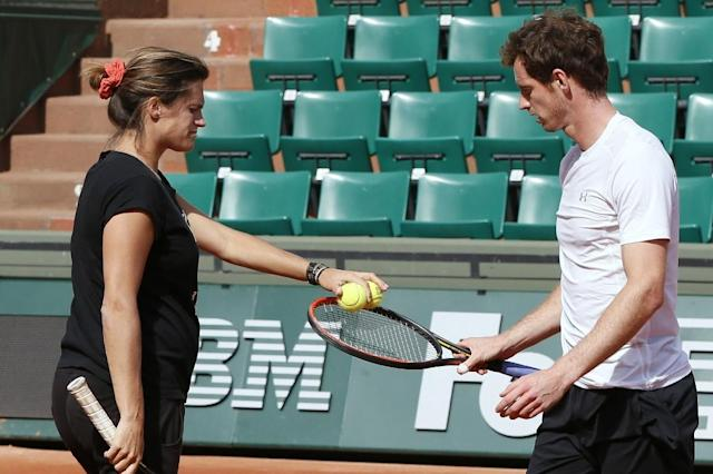 Andy Murray (R) and French coach Amelie Mauresmo during a practice session two days before the first round of the Roland Garros 2015 French Open, on May 22, 2015 in Paris (AFP Photo/Patrick Kovarik)