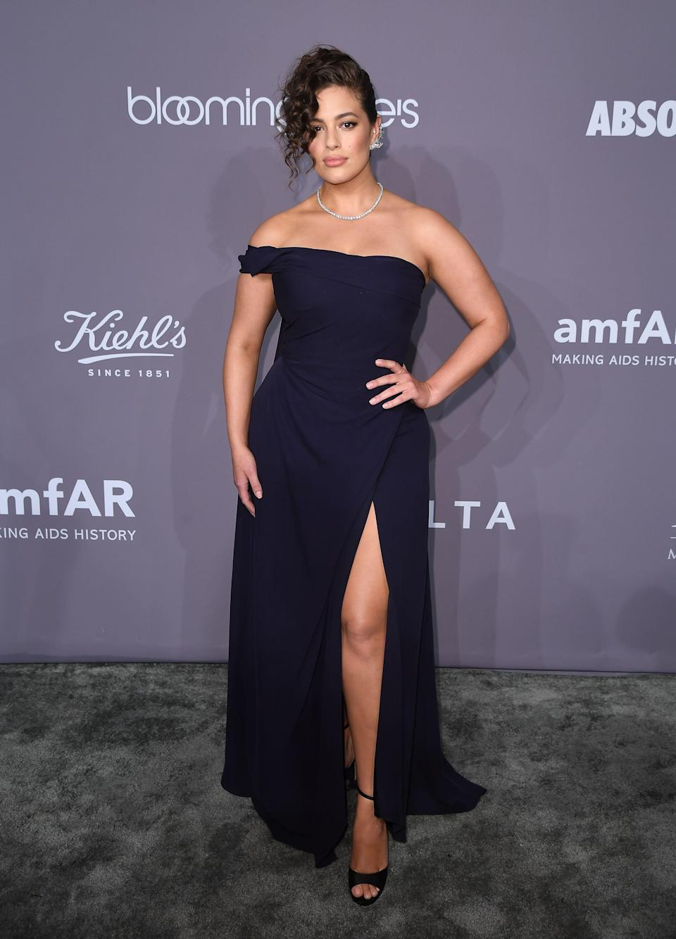 <p>The model added some va-va-voom to the red carpet in a gorgeous Vivienne Westwood dress. <em>[Photo: Getty]</em> </p>