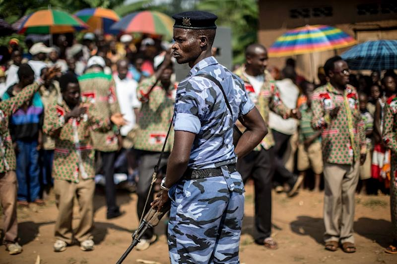 A policeman stands guard as representatives of Burundi's ruling National Council for the Defence of Democracy - Forces for the Defence of Democracy party attend a rally in Rubiza on June 23, 2015 (AFP Photo/Marco Longari)
