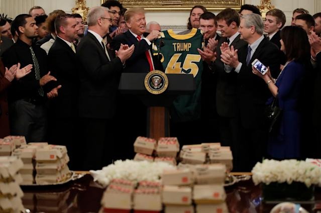 """President Trump welcomes the <a class=""""link rapid-noclick-resp"""" href=""""/ncaaw/teams/n-dak-st/"""" data-ylk=""""slk:North Dakota State Bison"""">North Dakota State Bison</a> to the White House with fast food. (AP)"""