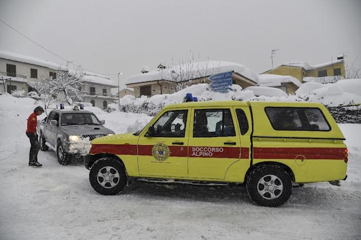 Emergency vehicles wait in the snow in Montereale's main street, near Amatrice, after a 5.7-magnitude earthquake struck the region, on January 18, 2017 (AFP Photo/ANDREAS SOLARO)