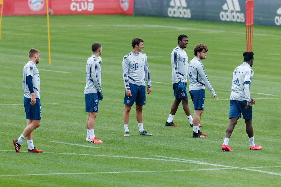 MUENCHEN, GERMANY - MAY 05: (BILD ZEITUNG OUT) Lukas Mai of Bayern Muenchen, Lucas Hernandez of Bayern Muenchen, Benjamin Pavard of Bayern Muenchen, David Alaba of Bayern Muenchen, Alvaro Odriozola of Bayern Muenchen and Alphonso Davies of Bayern Muenchen look on during the FC Bayern Muenchen Training Session on May 05, 2020 in Muenchen, Germany. (Photo by Roland Krivec/DeFodi Images via Getty Images)