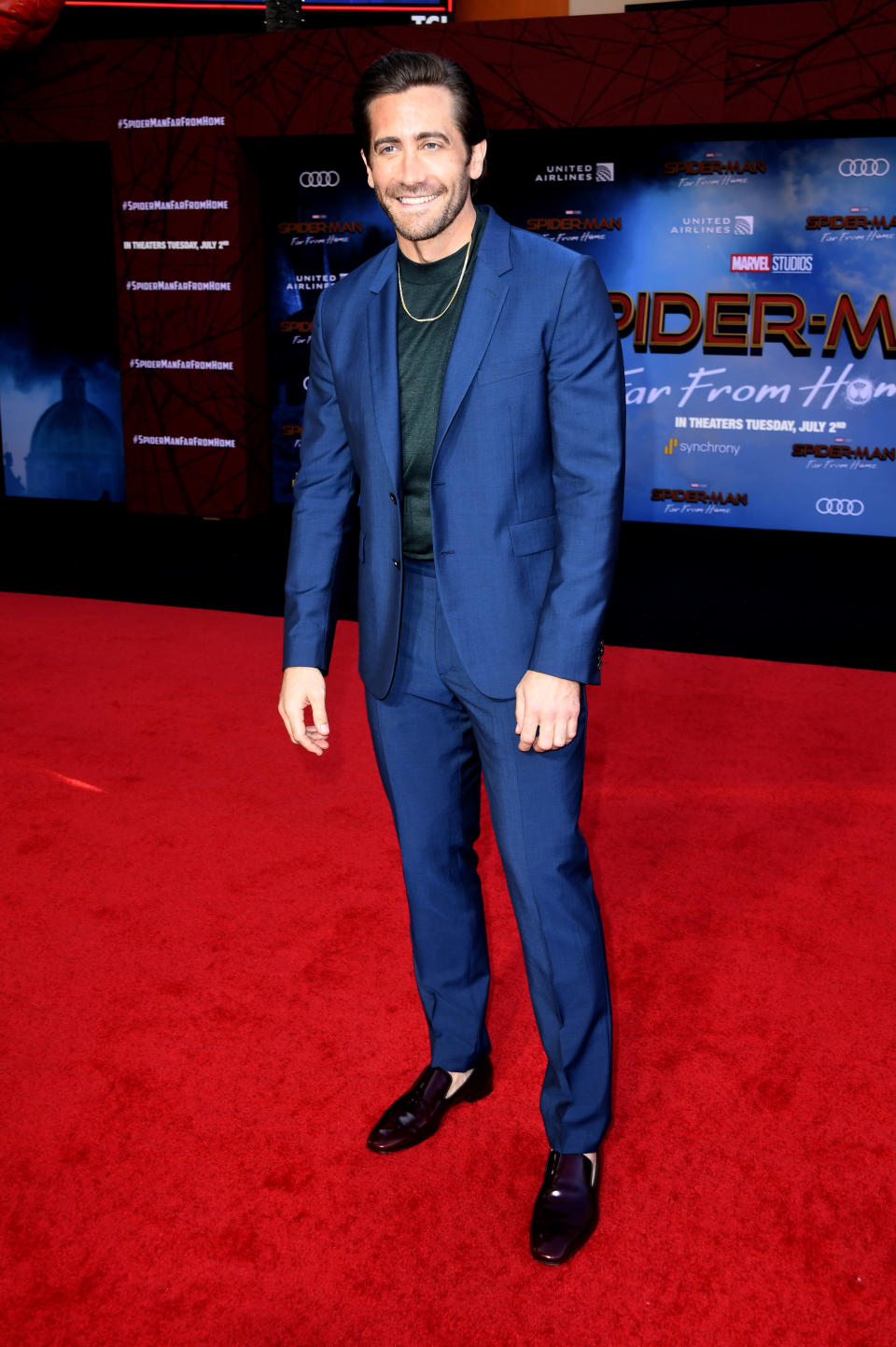 The actor chose a nav suit and sock-less brogues for the starry evening. <em>[Photo: Getty]</em>