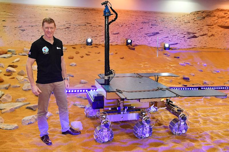 British astronaut Tim Peake poses with a working prototype of the Rosalind Franklin ExoMars Rover (AFP Photo/Ben STANSALL)