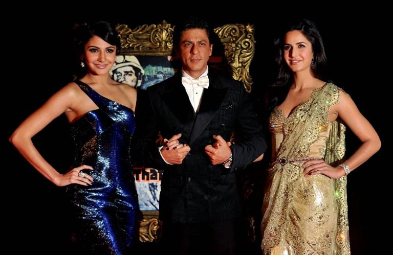 (L-R) Indian Bollywood film actors Anushka Sharma, Shahrukh Khan and Katrina Kaif pose on the red carpet at the premiere of the Hindi film 'Jab Tak Hai Jaan' in Mumbai on November 12, 2012.   AFP PHOTO
