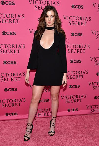 <p>Ireland Baldwin posed like working the pink carpet was her audition for next year's show in a black neck collar dress, the hottest style of the season. </p>