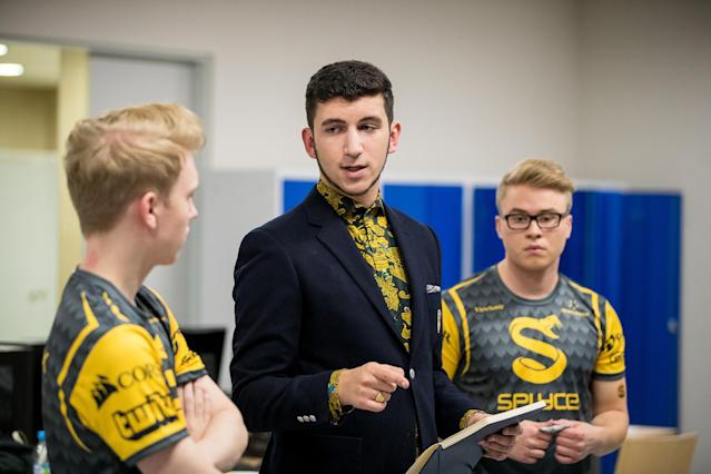 Splyce discusses strategy before their EU LCS finals match (Riot Games/Lolesports)