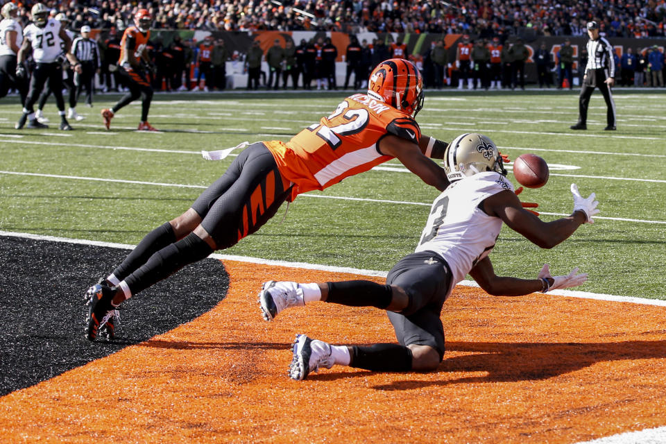 New Orleans Saints wide receiver Michael Thomas, right, catches a touchdown pass against Cincinnati Bengals corner back William Jackson, left, in the first half of an NFL football game, Sunday, Nov. 11, 2018, in Cincinnati. (AP Photo/Gary Landers)