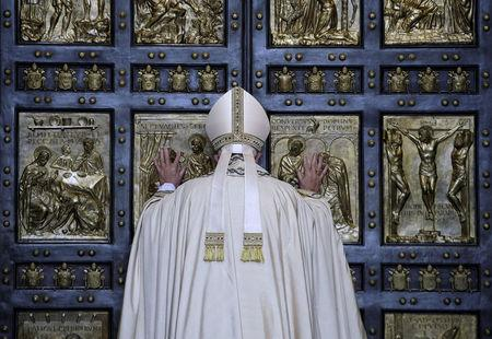 FILE PHOTO : Pope Francis opens the Holy Door to mark opening of the Catholic Holy Year, or Jubilee, in St. Peter's basilica, at the Vatican, December 8, 2015. REUTERS/Max Rossi /File Photo
