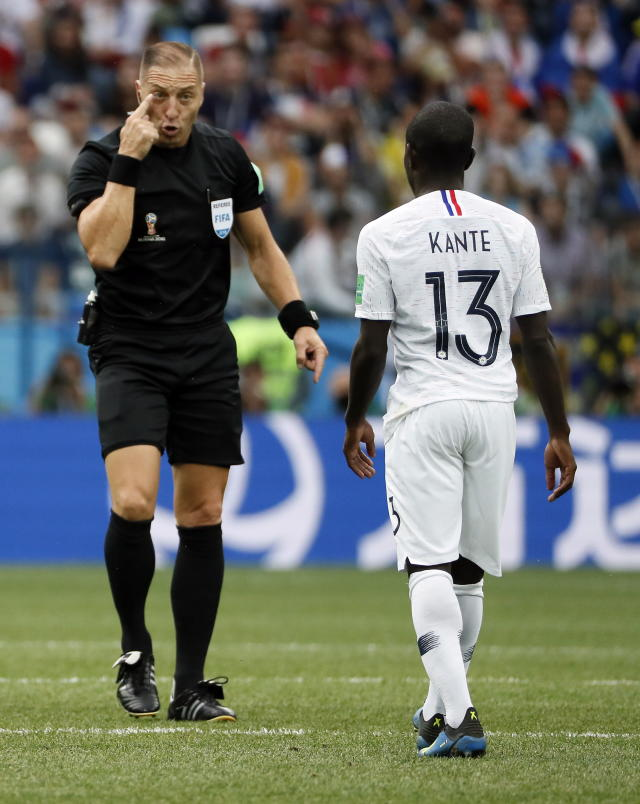 Nizhny Novgorod (Russian Federation), 06/07/2018.- Refereee Nestor Pitana of Argentina (L) reacts with Ngolo Kante of France during the FIFA World Cup 2018 quarter final soccer match between Uruguay and France in Nizhny Novgorod, Russia, 06 July 2018. (RESTRICTIONS APPLY: Editorial Use Only, not used in association with any commercial entity - Images must not be used in any form of alert service or push service of any kind including via mobile alert services, downloads to mobile devices or MMS messaging - Images must appear as still images and must not emulate match action video footage - No alteration is made to, and no text or image is superimposed over, any published image which: (a) intentionally obscures or removes a sponsor identification image; or (b) adds or overlays the commercial identification of any third party which is not officially associated with the FIFA World Cup) (Mundial de Fútbol, Rusia, Francia) EFE/EPA/ETIENNE LAURENT EDITORIAL USE ONLY