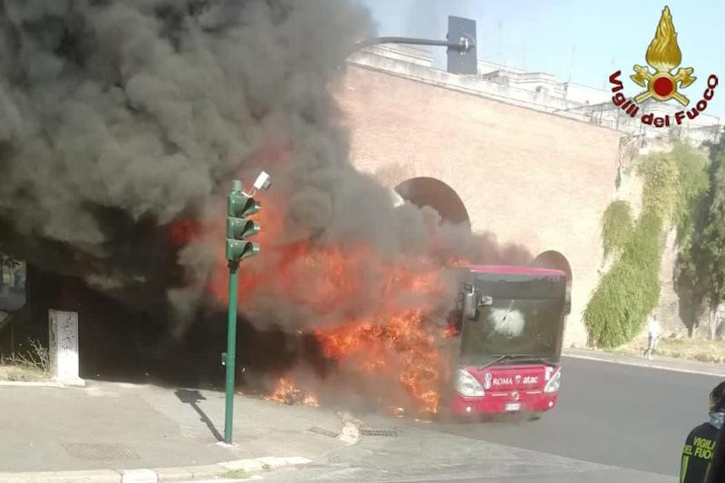 Roma, ancora due bus in fiamme