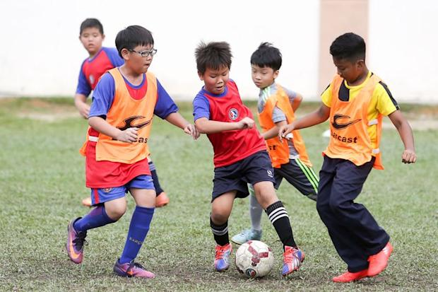 The kids going through their paces... although they have only just picked up the game, they play with a lot of heart and that is what impresses Azmeel. — Picture by Choo Choy May