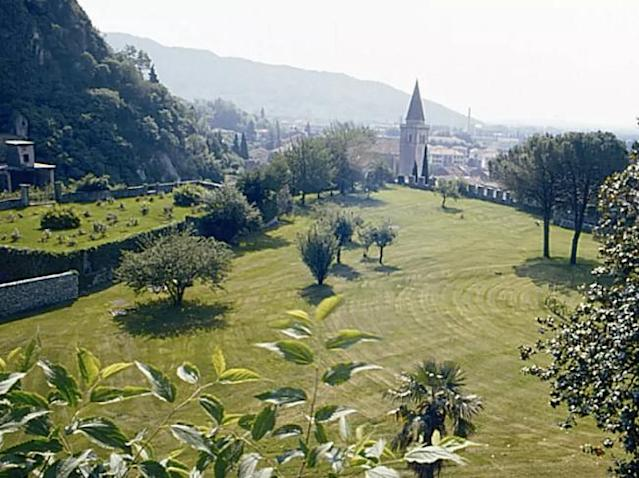 <p>The apartment also has access to a one-hectare private park and solarium, which is surrounded by the fortification's ancient walls. </p>
