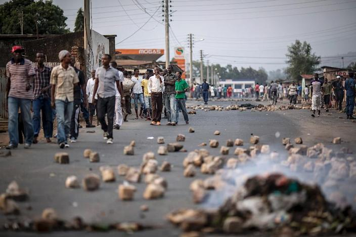 Residents of the Nyakabiga district of Bujumbura protest against a rally by a political party in the government coalition on June 26, 2015 (AFP Photo/Marco Longari)