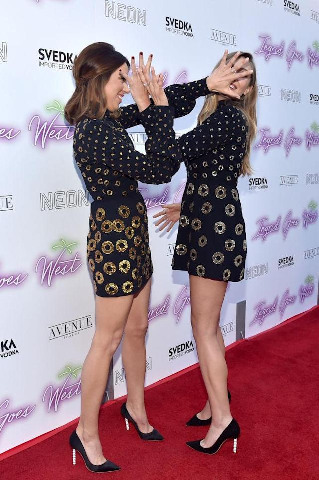 Aubrey Plaza and Elizabeth Olsen joked around on the red carpet. (Photo: Getty Images)