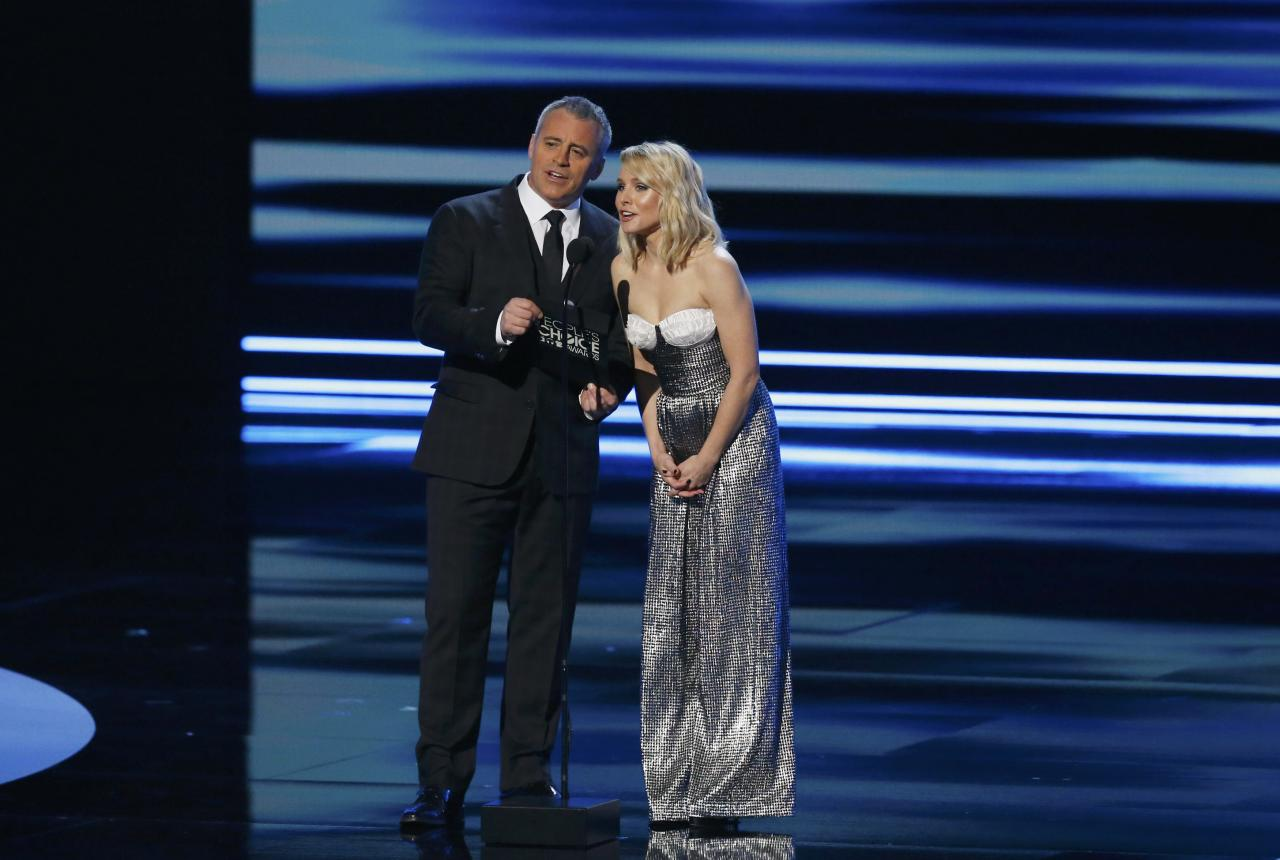 Matt LeBlanc and Kristen Bell present an award during the People's Choice Awards 2017 in Los Angeles, California, U.S., January 18, 2017.   REUTERS/Mario Anzuoni