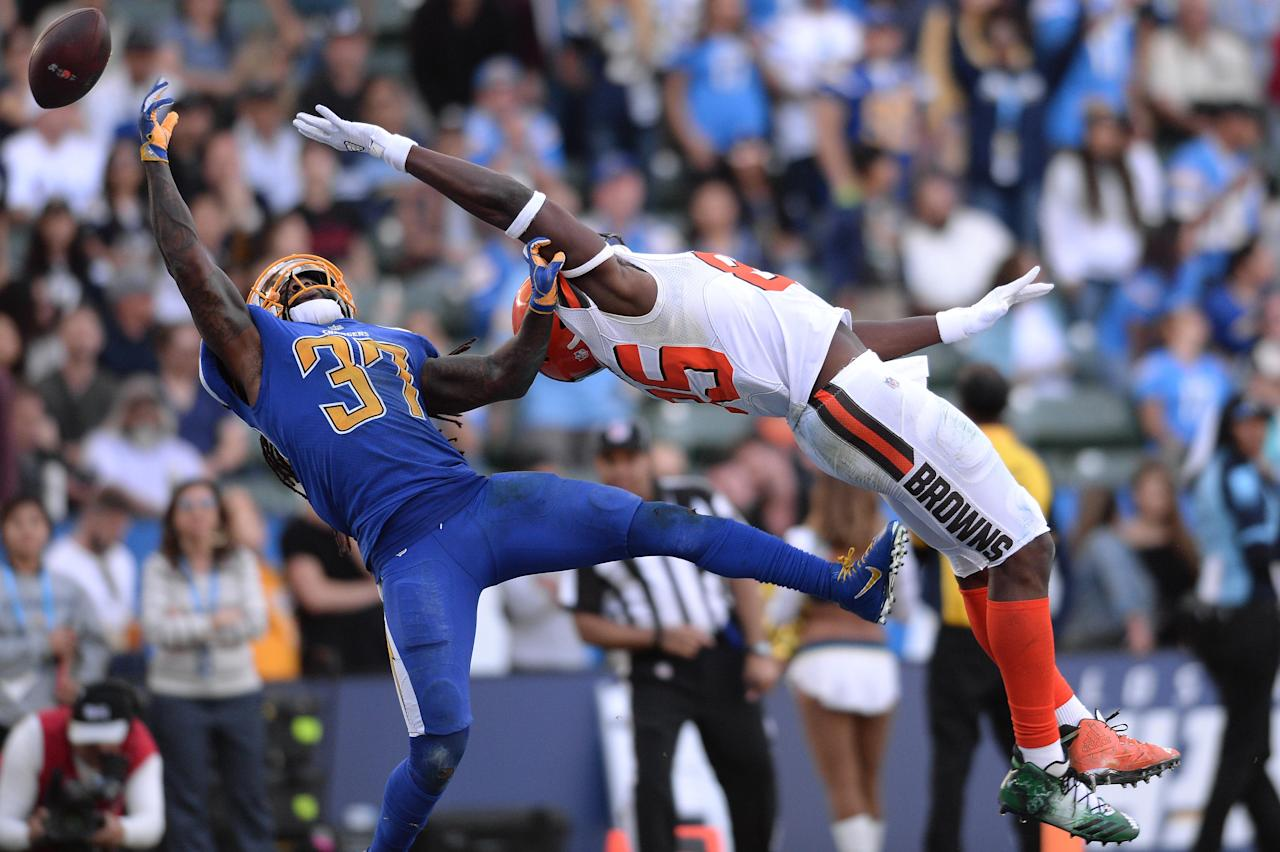 <p>Cleveland Browns tight end David Njoku (85) cannot make a catch while defended by Los Angeles Chargers strong safety Jahleel Addae (37) during the second half at StubHub Center. Mandatory Credit: Orlando Ramirez-USA TODAY Sports </p>