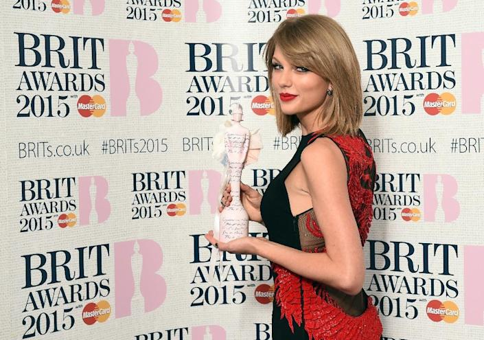US singer Taylor Swift poses with her International Female Solo Artist award at the BRIT Awards 2015 in London on February 25, 2015 (AFP Photo/Leon Neal)