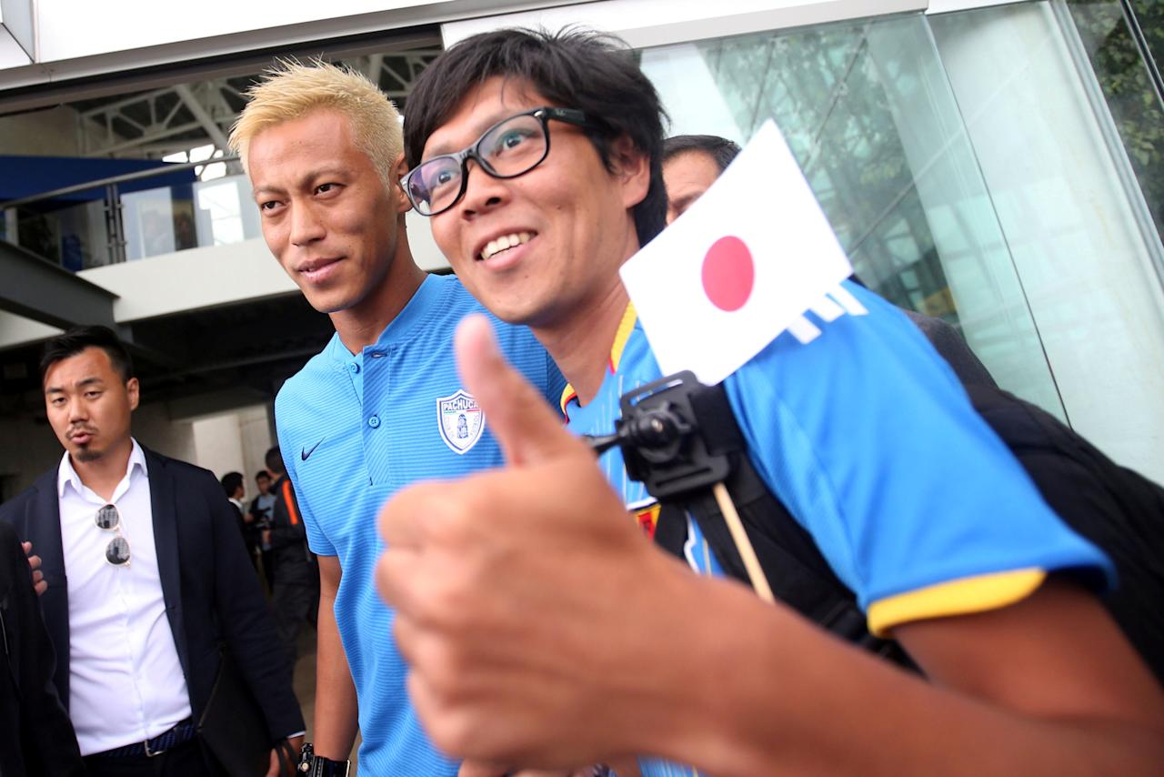 Football Soccer - Presentation of Pachuca's new player Japan's Keisuke Honda- outside Pachuca's press room, Pachuca, Mexico - July 18, 2017.  Keisuke Honda poses for a photo with a fan during his official presentation. REUTERS/Edgard Garrido
