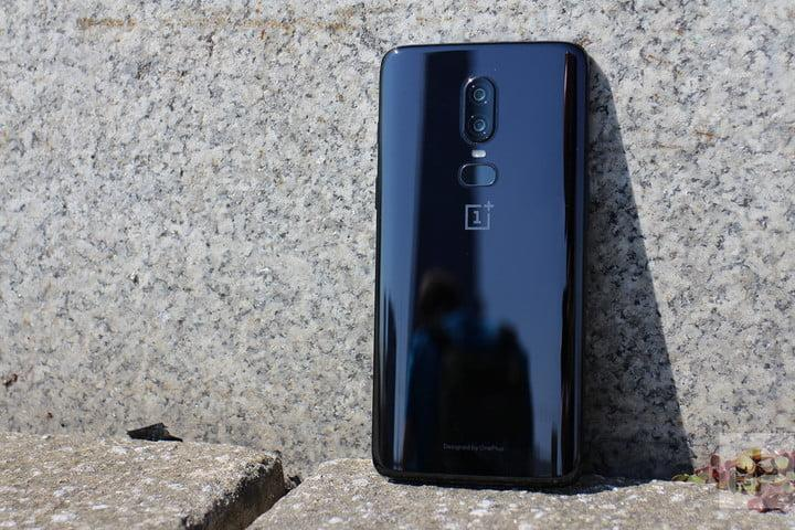 mejores celulares asequibles baratos oneplus 6 hands on against wall 1500x1000