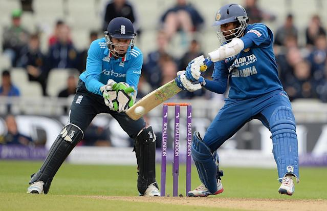 England wicket-keeper Jos Buttler (L) looks on as Sri Lanka's Tillakaratne Dilshan hits a shot during the fifth one-day international (ODI) between the side's at Edgbaston in Birmingham, central England on June 3, 2014 (AFP Photo/Andrew Yates)
