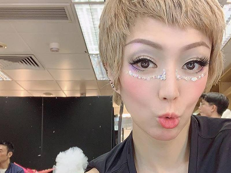 Fans were divided when Cantopop queen Sammi Cheng's selfies showed a glimpse of husband Andy Hui in the background. — Courtesy of Instagram/ sammi_chengsauman