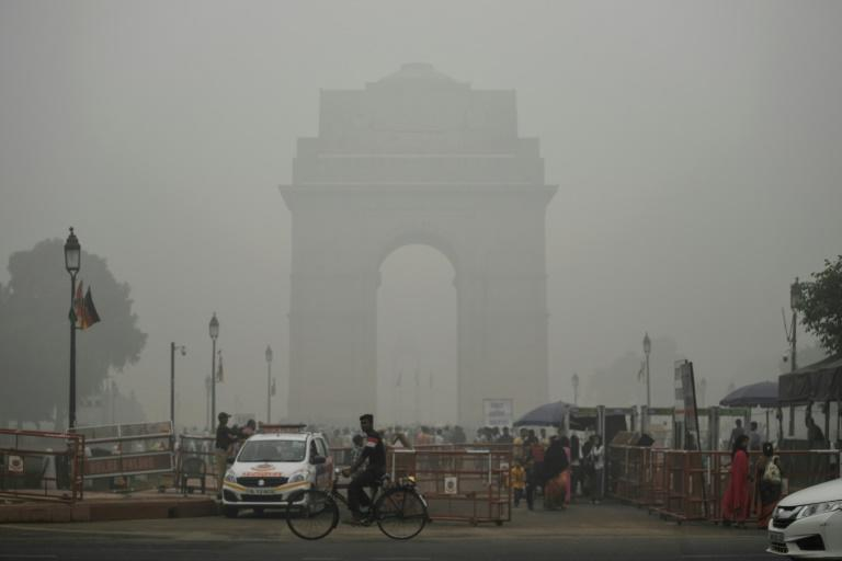 India Gate in New Delhi is pictured through a choking smog that has blanketed the capital (AFP Photo/Sajjad HUSSAIN)
