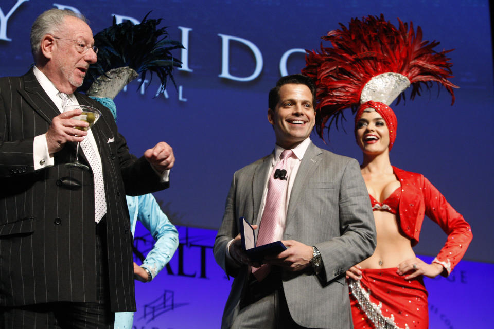 Anthony Scaramucci (C), managing partner of Skybridge Capital, receives the key to the city from former Las Vegas Mayor Oscar Goodman (L) during the Skybridge Alternatives (SALT) Conference in Las Vegas, Nevada May 9, 2012. SALT brings together public policy officials, capital allocators, and hedge fund managers to discuss financial markets. REUTERS/Steve Marcus (UNITED STATES - Tags: BUSINESS POLITICS)