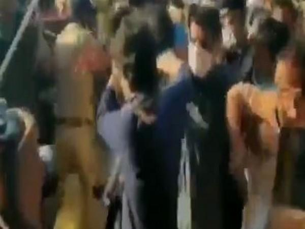Congress leader Priyanka rescues Kamal Kishore after scuffle broke out with police at DND. Photo/ANI